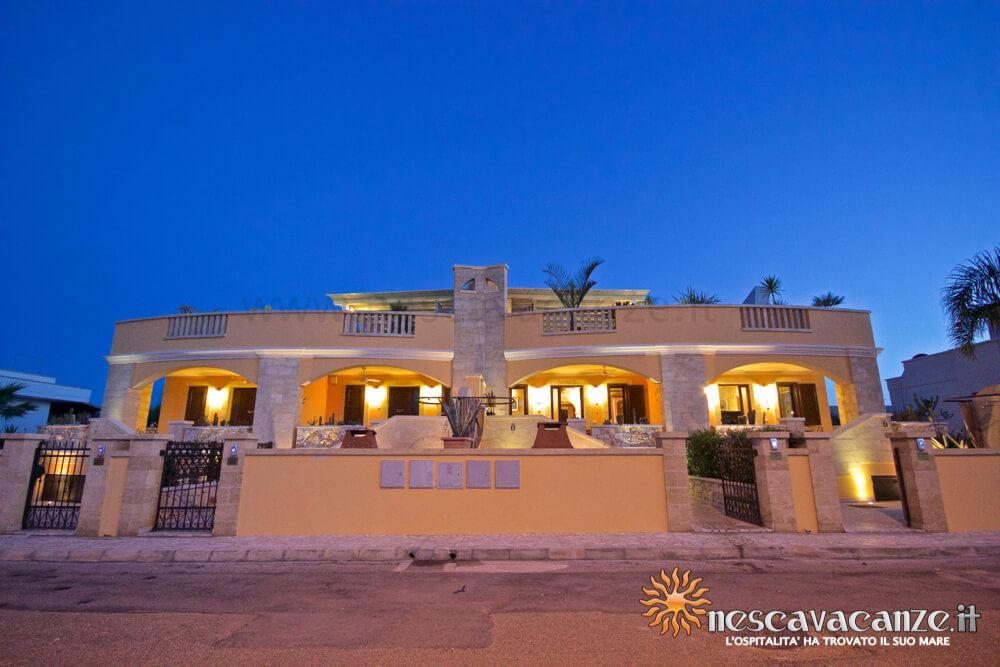Fronte complesso di notte casa Pescoluse 4