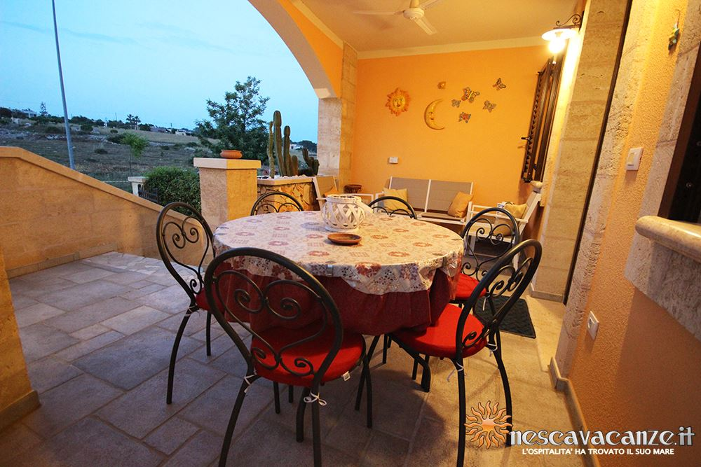 Veranda fronte di notte casa Pescoluse 4