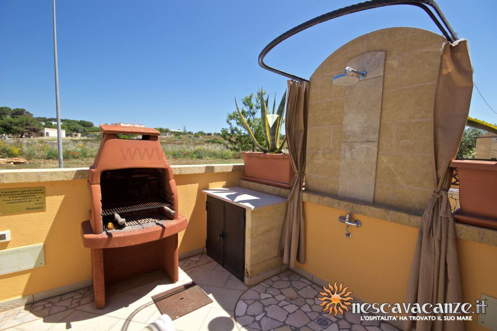 Veranda con barbeque e doccia esterna casa Pescoluse 5