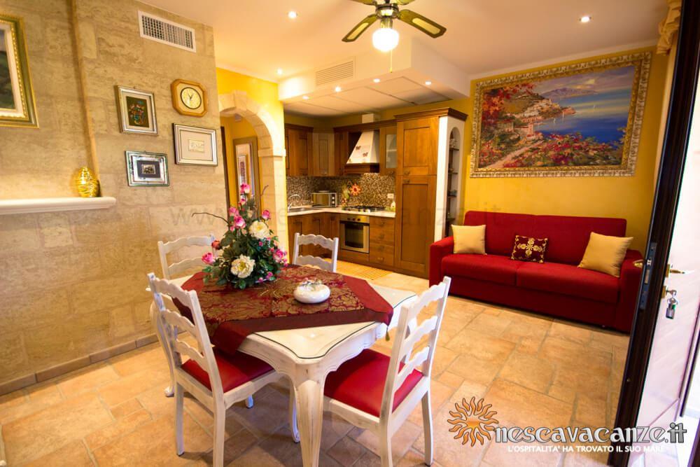 Soggiorno con angolo cottura casa Pescoluse 5