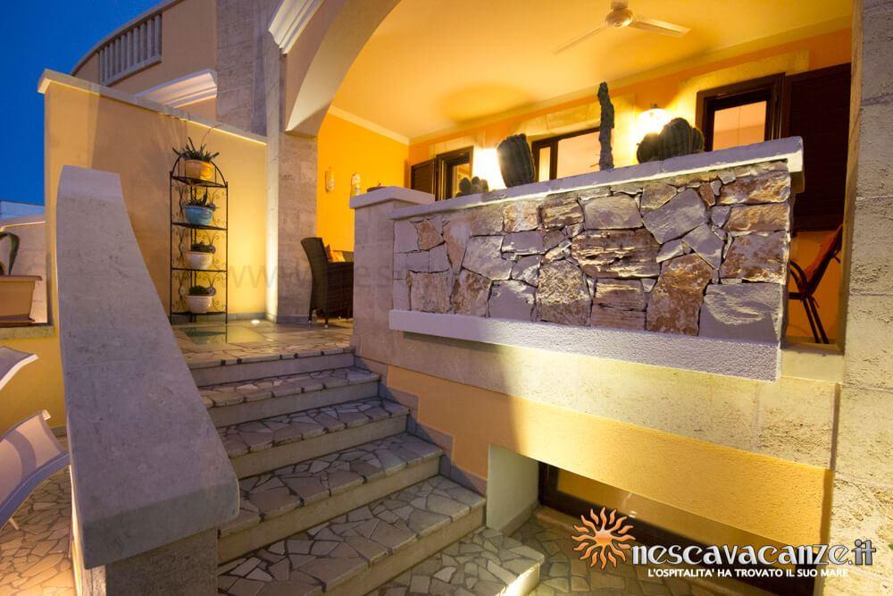 Scala per veranda rialzata di notte casa Pescoluse 5