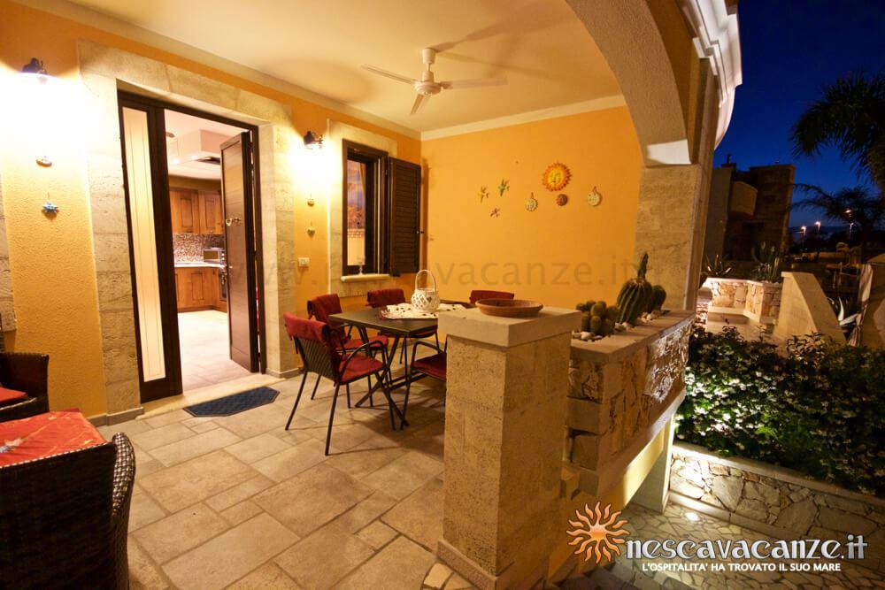 Veranda rialzata di notte casa Pescoluse 5