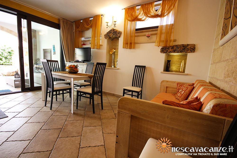 Soggiorno con angolo cottura casa Pescoluse 6