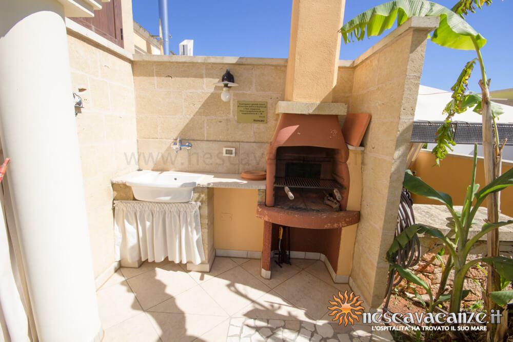 Barbeque con doccia esterna casa Pescoluse 8