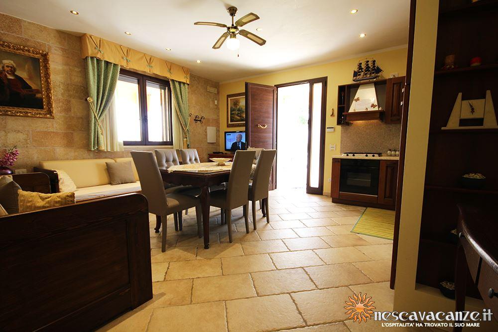 Soggiorno con angolo cottura casa Pescoluse 8