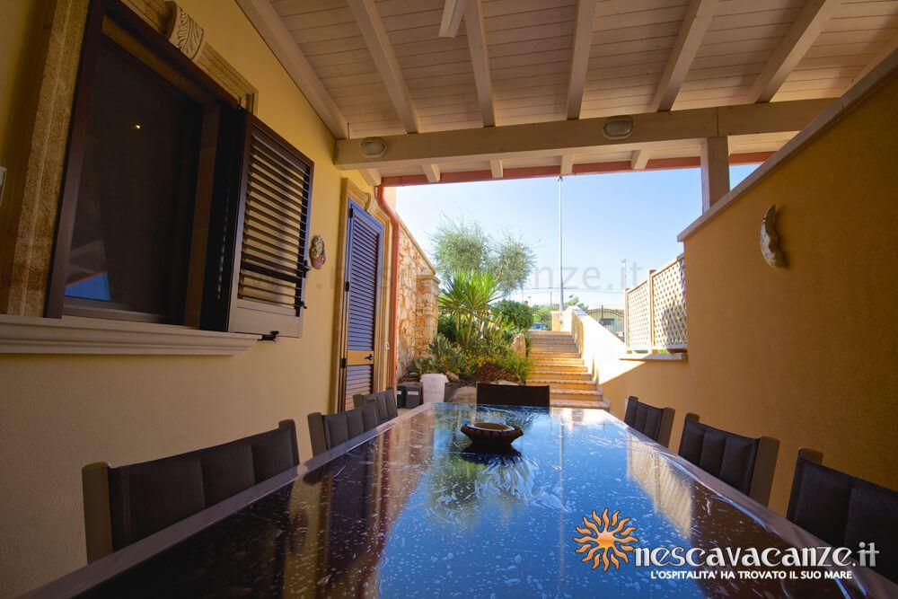 Tavolo veranda attrezzata casa Pescoluse 9