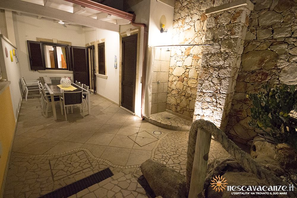 Veranda attrezzata di notte fronte casa Pescoluse 9