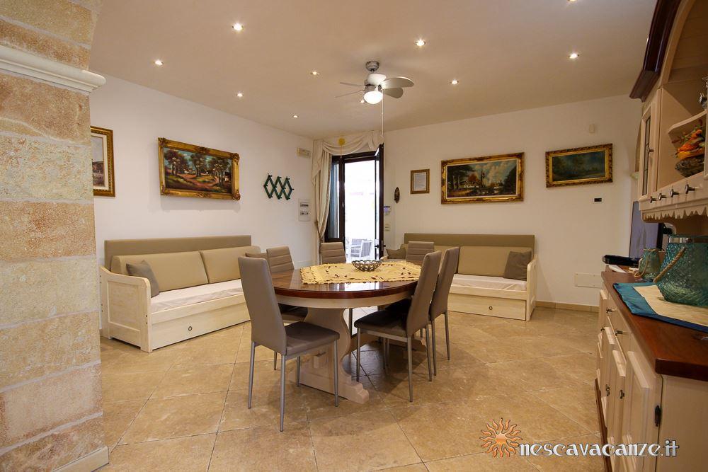 Soggiorno con divano letto casa Pescoluse 9