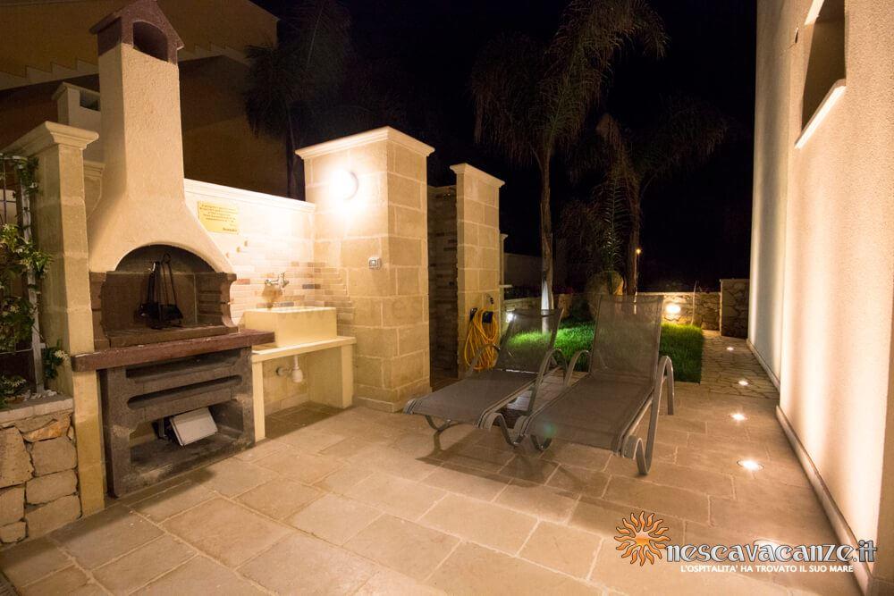Giardino esterno di notte casa Salento